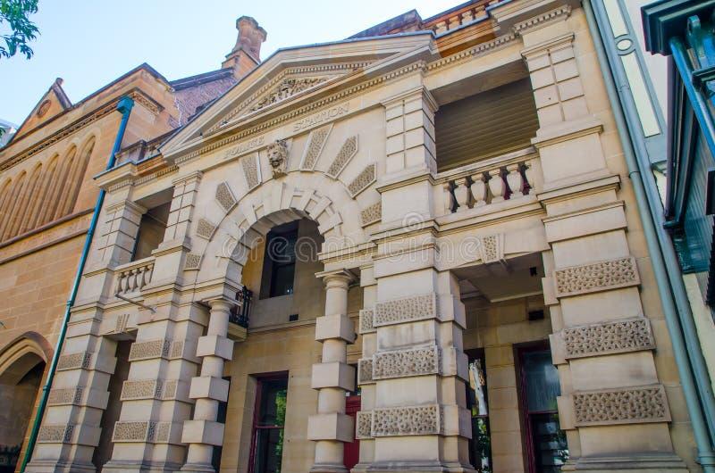 Het mooie zandsteengebouw is het oude Politiebureau, was ook de plaats van het eerste ziekenhuis op George St, de Rotsen royalty-vrije stock fotografie