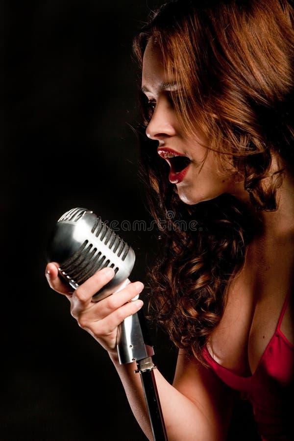 Het mooie zanger zingen met microfoon royalty-vrije stock foto
