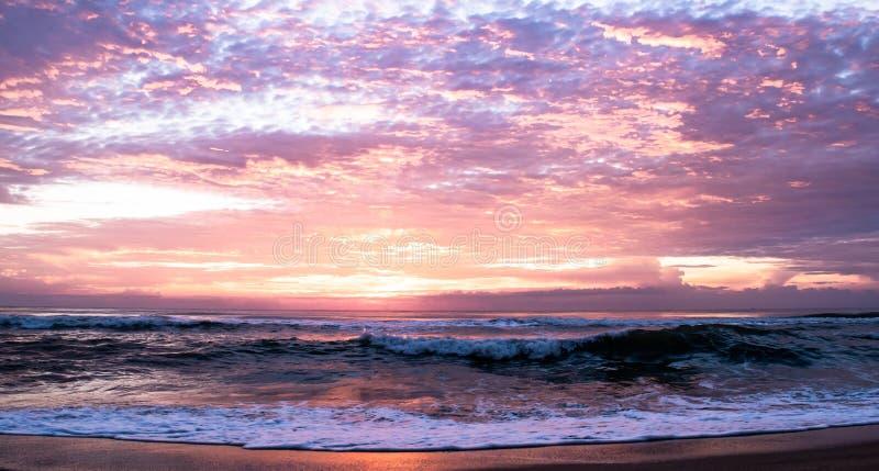 Het mooie zonlicht en de hemel betrekken achtergrond over overzees strand in de ochtend bij het Strand van Verbodskrut, Prachuapk royalty-vrije stock fotografie