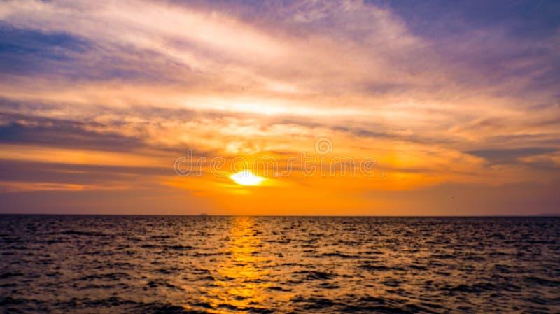 Het mooie zonsondergang en zonsopgang oceaanlandschap van de zeegezichthemel van aard royalty-vrije stock foto