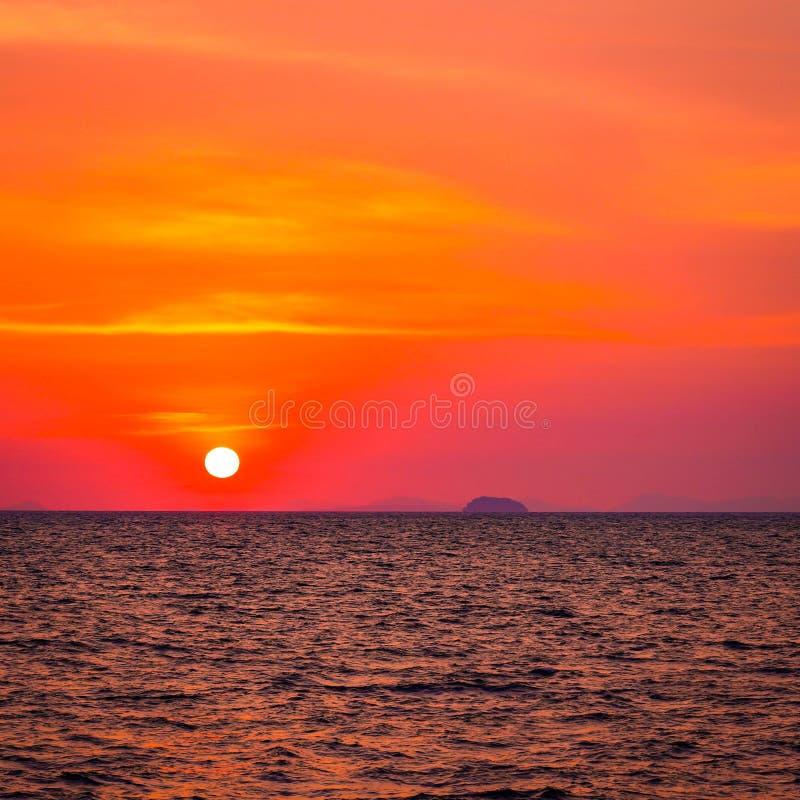 Het mooie zonsondergang en zonsopgang oceaanlandschap van de zeegezichthemel van aard royalty-vrije stock fotografie