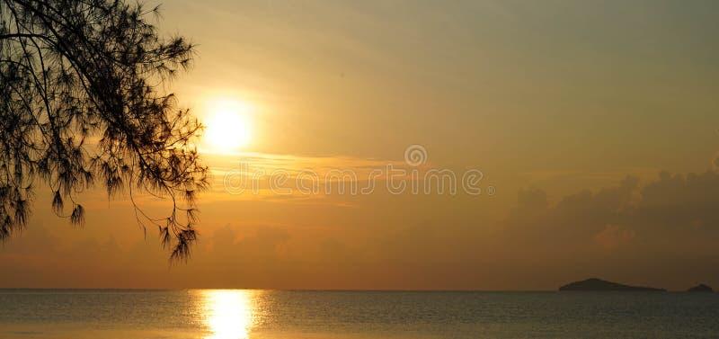 Het mooie zonsondergang en zonsopgang oceaanlandschap van de zeegezichthemel van aard stock foto's