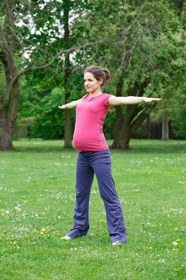 Het mooie zwangere vrouw uitoefenen stock fotografie