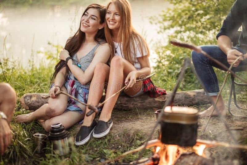 Het mooie zwart-haired meisje leunt op gembervriend stock fotografie