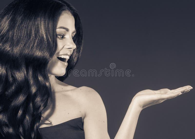 Het mooie Zwarte mooie portret van de haarvrouw Kapsel krullend h stock afbeeldingen