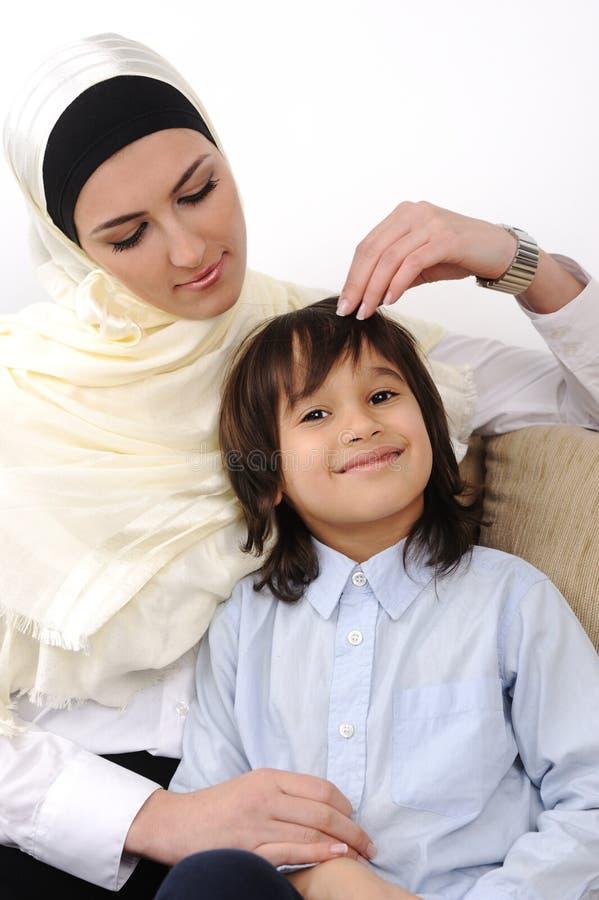 Het moslim Arabische behandelde moeder en zoons ontspannen royalty-vrije stock foto's