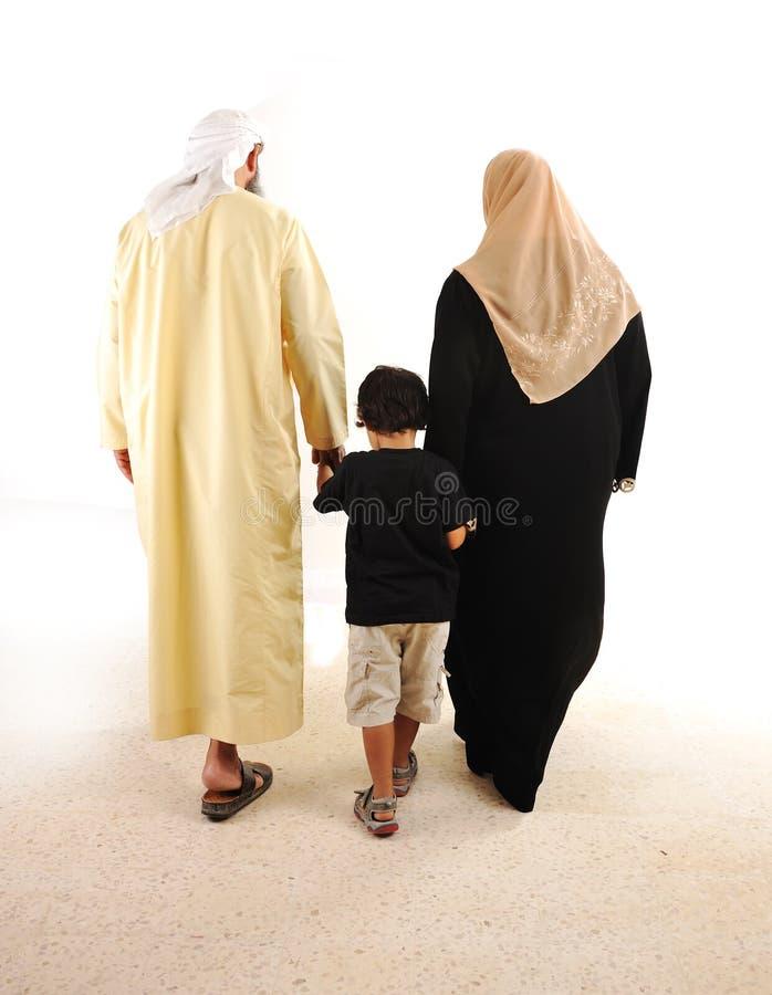 Het moslim Arabische familie lopen stock foto's