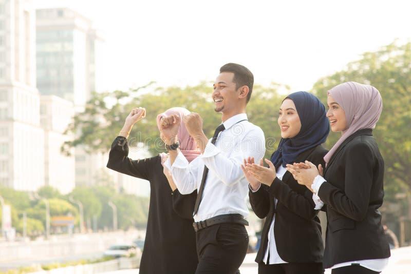 Het moslim bedrijfsmensen toejuichen royalty-vrije stock foto