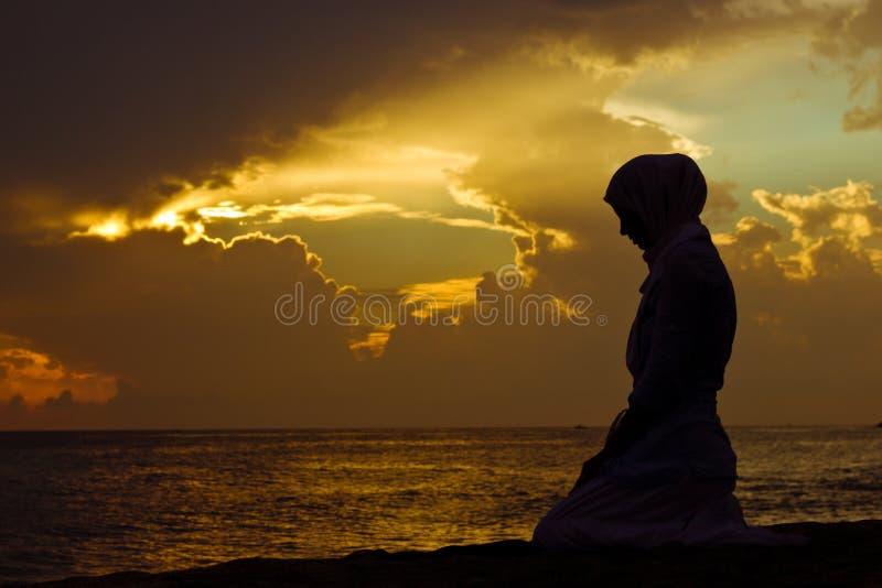 Het moslim vrouw bidden stock afbeeldingen