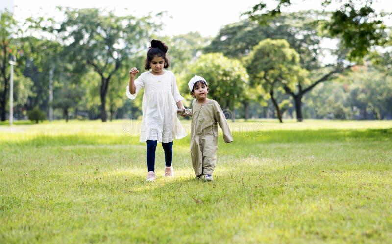 Het moslimbroer en zuster spelen in het park royalty-vrije stock foto