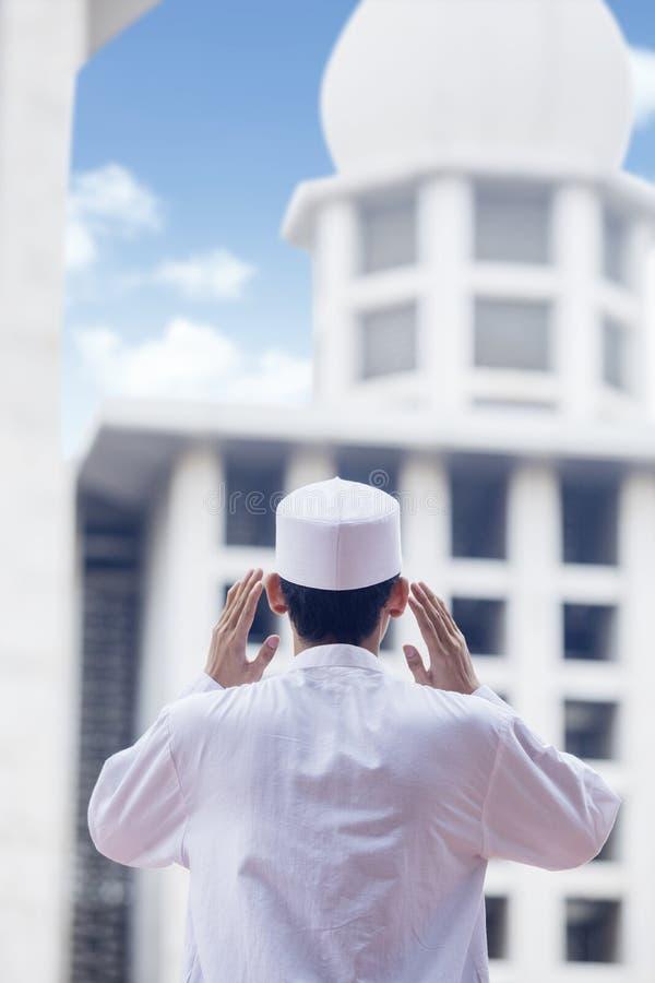 Het moslimmens doen azan in de moskee royalty-vrije stock afbeelding