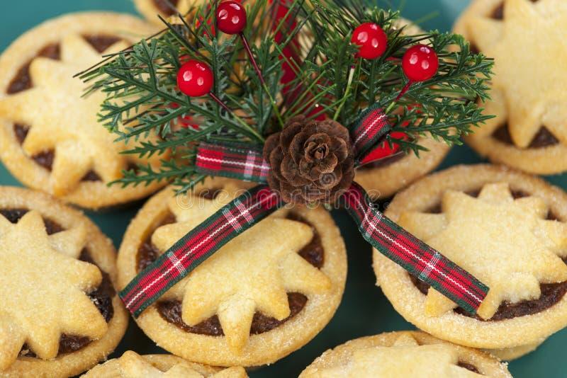 Het motief van het Kerstmisgeruite schots wollen stof bovenop bedekte ster hakt pastei fijn royalty-vrije stock fotografie