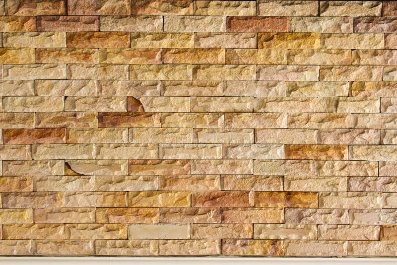 Het Mozaïekpatroon van het lei Marmeren Gespleten Gezicht en achtergrondsteenbakstenen muur stock foto's