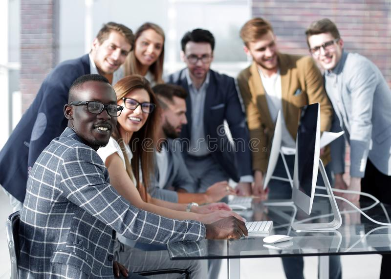 Het multi-etnische commerciële team bespreekt de resultaten van zijn werk royalty-vrije stock foto