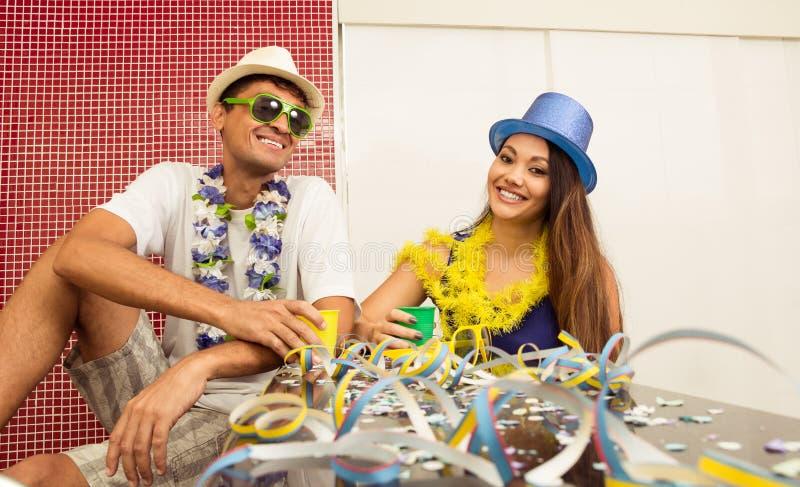 Het multi etnische paar viert Braziliaanse Carnaval Frien stock foto's