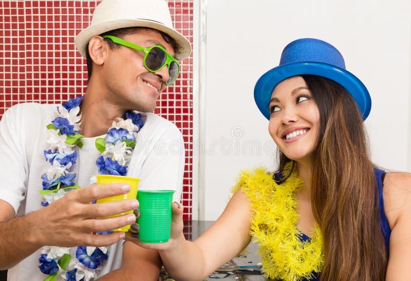 Het multi etnische paar viert Braziliaanse Carnaval Mens a stock fotografie