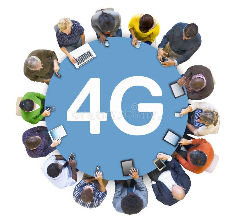 Het multi-etnische Voorzien van een netwerk van Groeps Mensen Socail met 4G stock foto's
