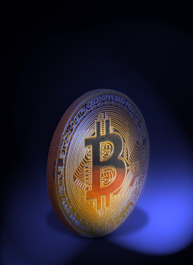 Het muntstuk van Bitcoincryptocurrecy in de schijnwerper stock fotografie