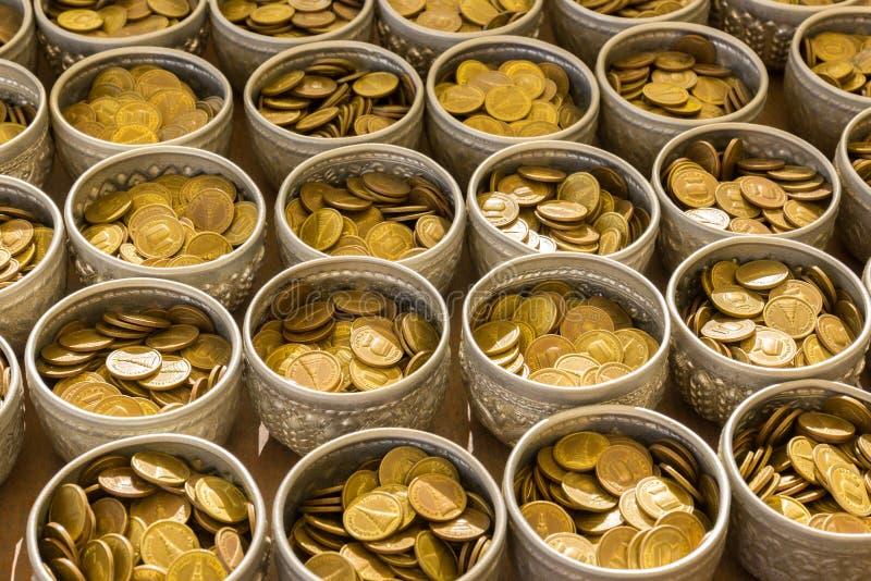 Het muntstuk van Boedha in bolw treft voorbereidingen voor schenkt in openbare tempel in Thail stock foto's