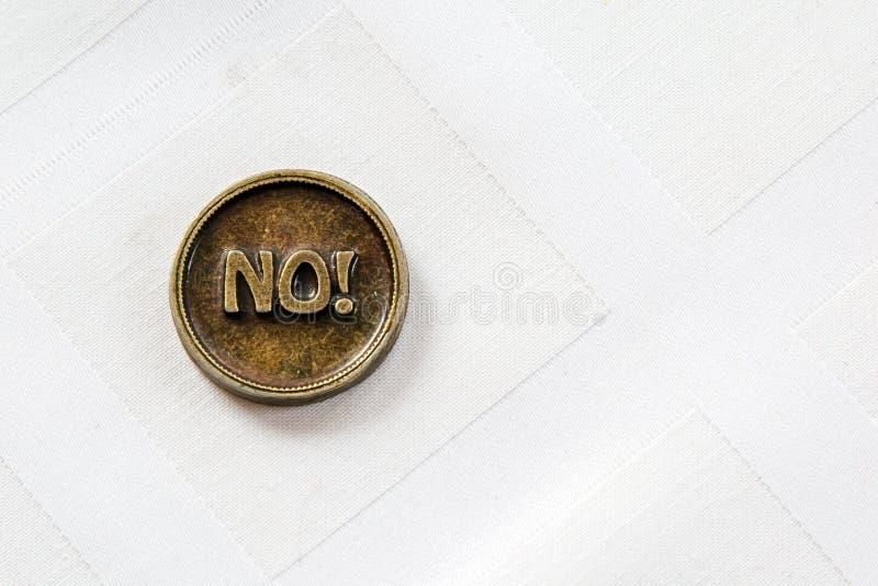 Het muntstuk van het bronsmetaal ja of Nr Het muntstuk voor maakt keus Op witte achtergrond Besluit die - maken royalty-vrije stock foto's