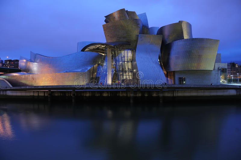 Het Museum Bilbao van Guggenheim bij nacht royalty-vrije stock afbeelding