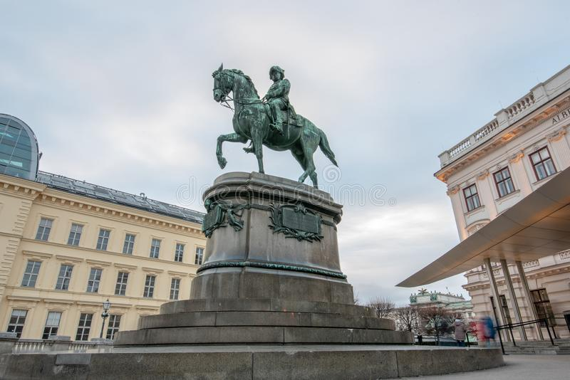 Het museum van Albertina en standbeeld van Aartshertog Albrecht, Hertog van Teschen in Wenen Oostenrijk royalty-vrije stock foto