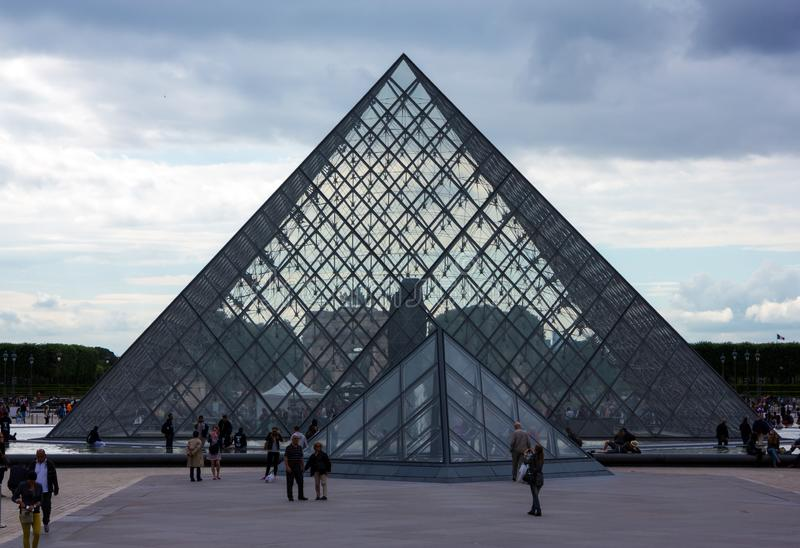 Het museum van de Louvrepiramide in Parijs, Frankrijk, 25 Juni, 2013 royalty-vrije stock afbeeldingen