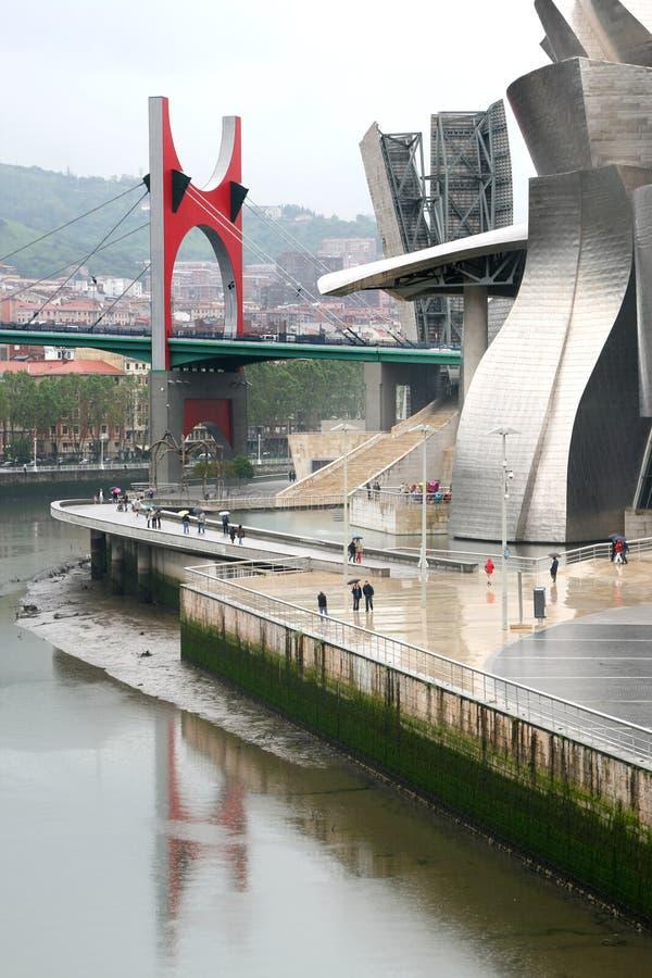 Het Museum van Guggenheim en rode brug in Bilbao, Spanje royalty-vrije stock foto's