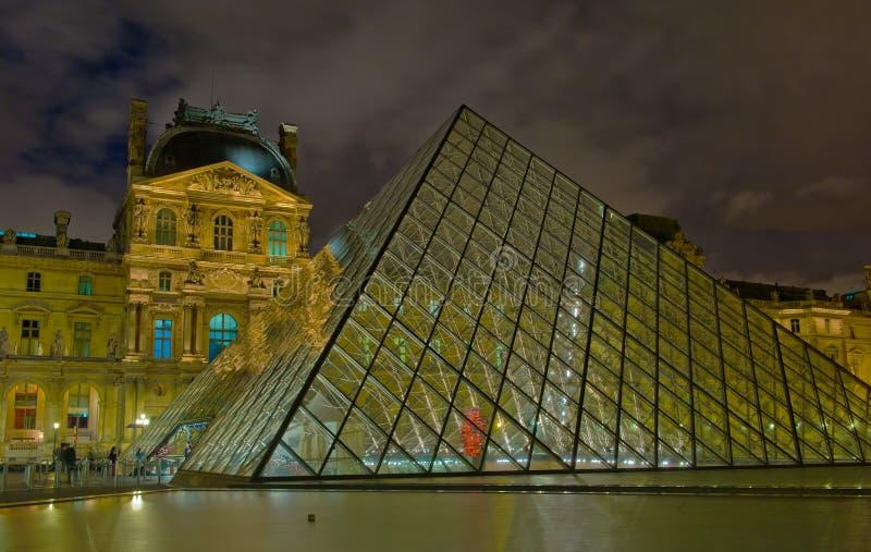 Het Museum van het Louvre bij nacht, Parijs royalty-vrije stock foto