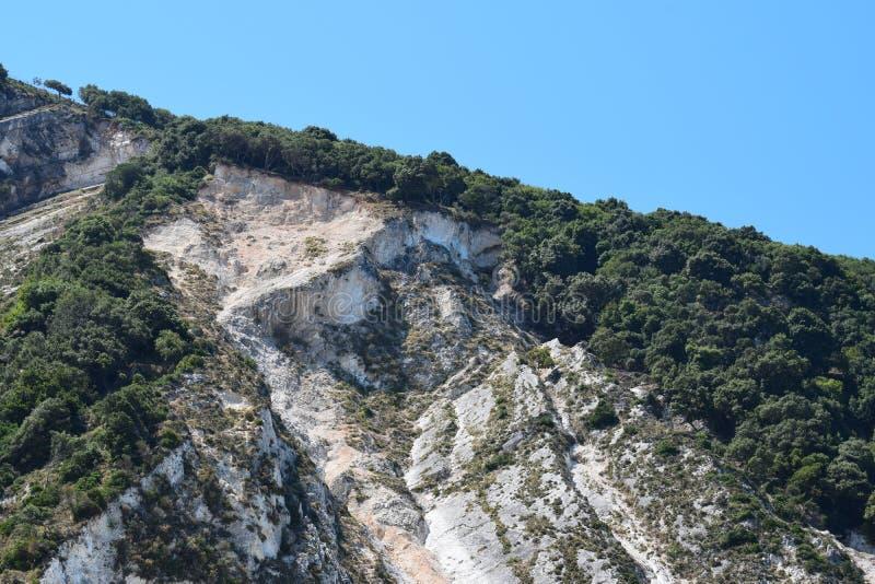 Het Myrthos-strand met bergen het omringen stock foto's