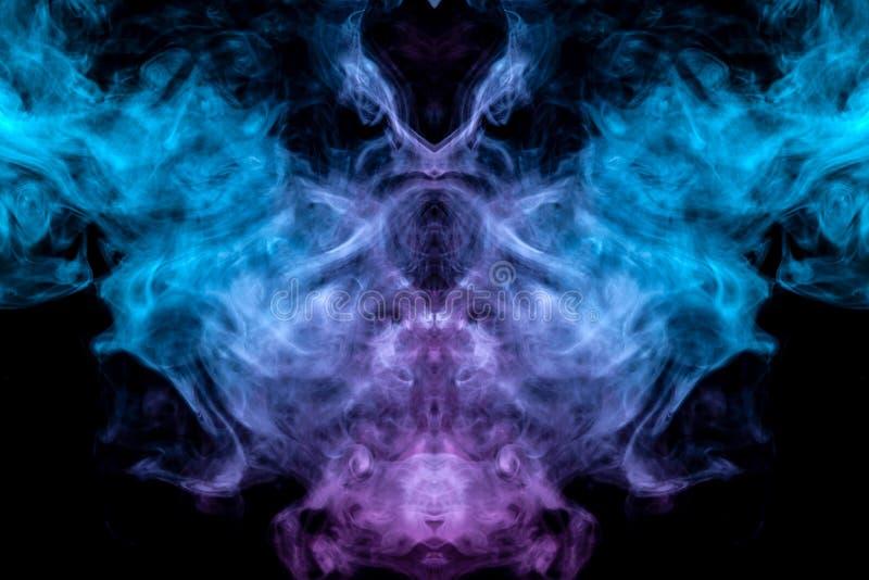 Het mystieke en geheimzinnige patroon van verdampende blauwe rook op een zwarte achtergrond is gelijkaardig in ontwerp aan een vr stock illustratie