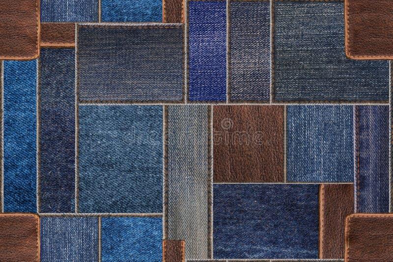 Het naadloze blauwe lapwerk van denimjeans met leertextuur De naadloze achtergrond van de patroontextuur royalty-vrije stock foto