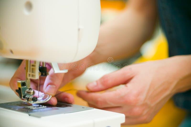 Het naaien bij mijn machine.   royalty-vrije stock afbeeldingen
