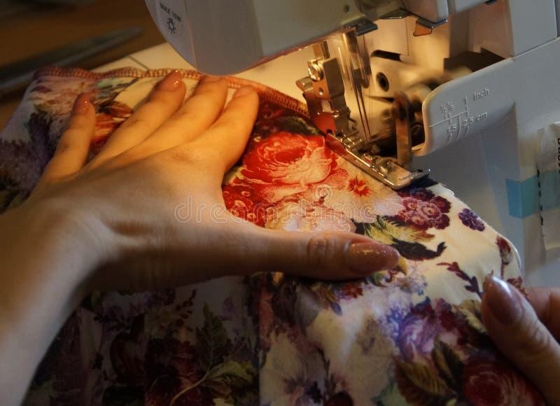 Het naaien op de naaimachine stock foto