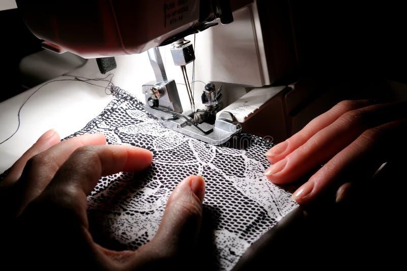 Het naaien van de hand op de machine stock foto's