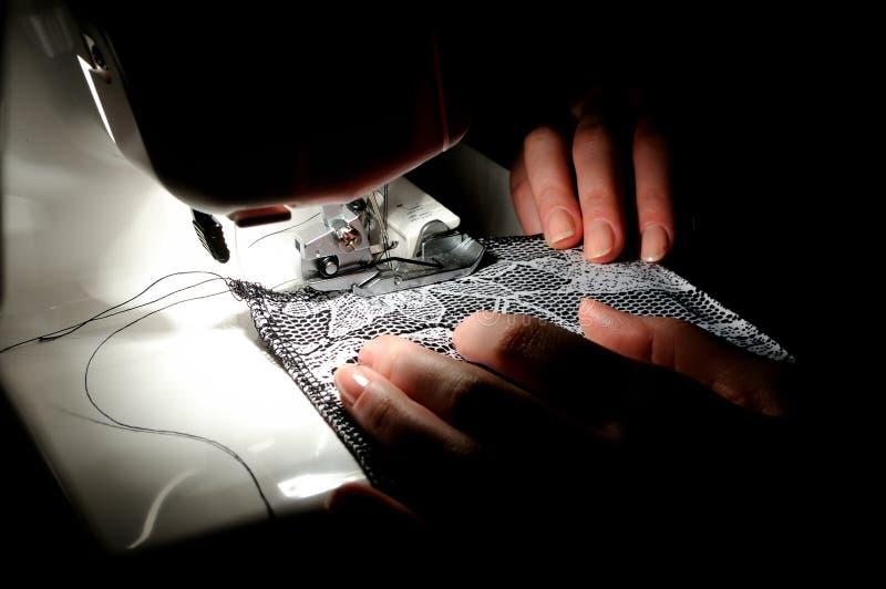 Het naaien van de hand op de machine stock afbeelding