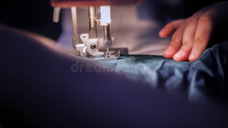 Het naaien van een doek stock afbeelding