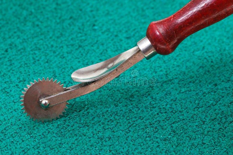 Het naaien van vindend wiel op groene textiel royalty-vrije stock foto