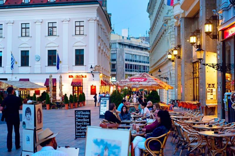 Het nachtleven in de stadscentrum van Bratislava royalty-vrije stock foto