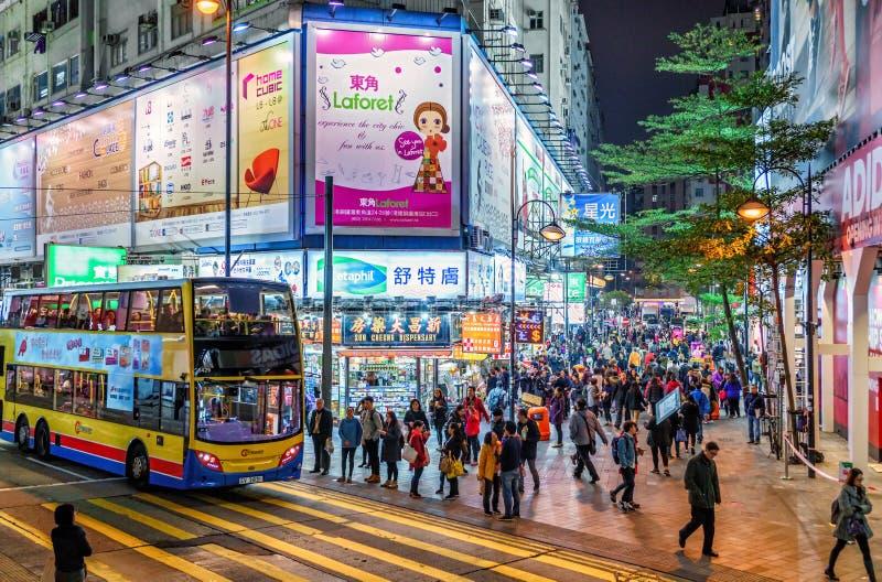 Het nachtleven op Hong Kong Island Cityscape van nachthong kong met straatverlichting, bus en mensen het overbevolken stock foto