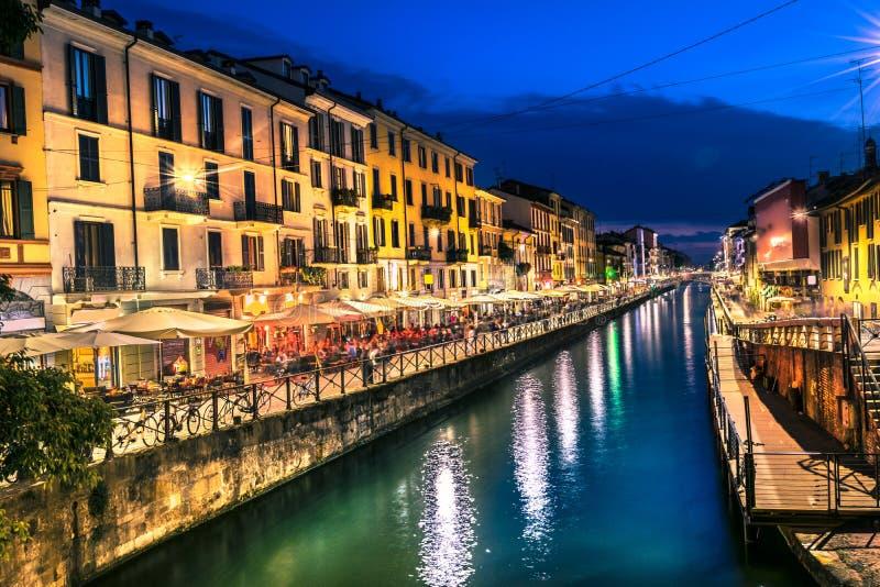 Het nachtleven van Milaan in Navigli Italië stock fotografie