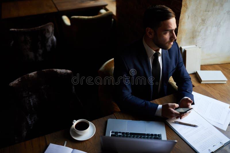 Het nadenkende bericht van de zakenmanlezing royalty-vrije stock foto's