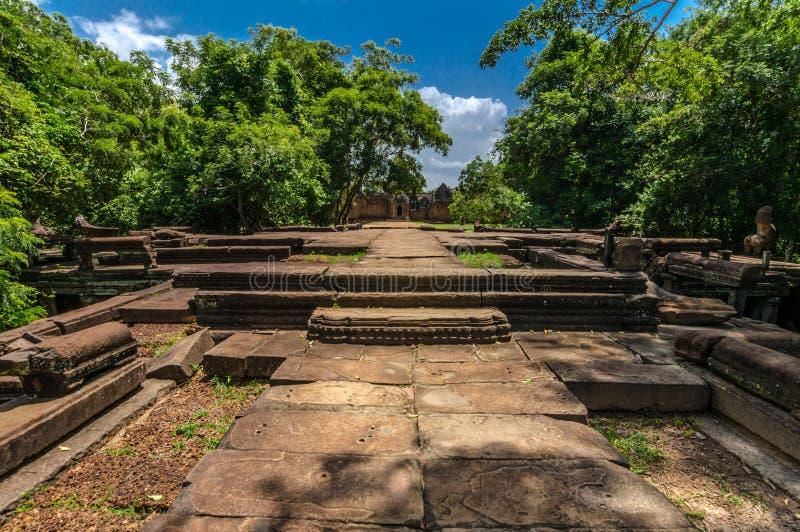 Het naderbij komen Banteay Samre, een grote ingang stock afbeelding