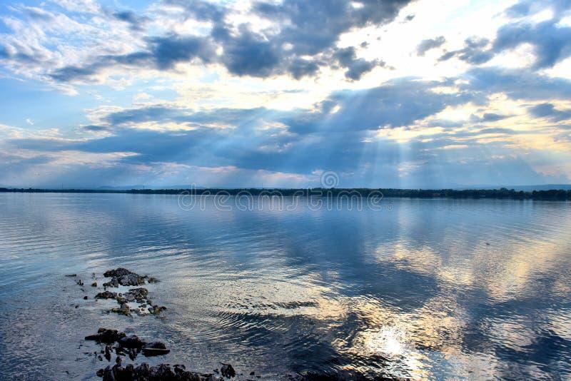 Het naderen van zonsondergang, Meer Champlain stock foto's