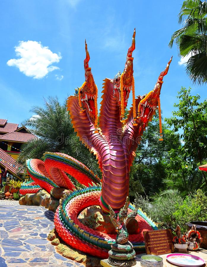 Het Naga-standbeeld is een legendarisch dier in een kleurrijke Thaise tempel royalty-vrije stock fotografie