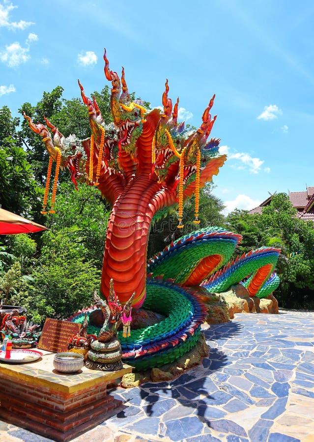 Het Naga-standbeeld is een legendarisch dier in een kleurrijke Thaise tempel stock foto's