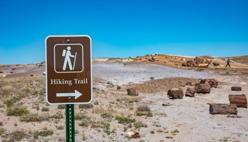 Het Nationaal Park met de bossen in petriet is een gebied waar men kan wandelen, zoals het bord laat zien Petrified Forest, Arizo stock foto's