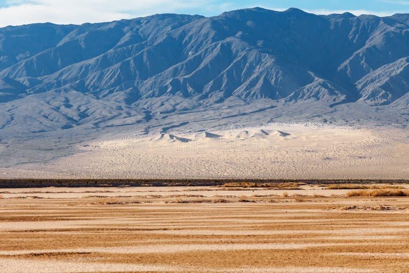 Het nationale park van de doodsvallei, Californië, de V De duinen en de bergen van de landschapswoestijn royalty-vrije stock afbeelding