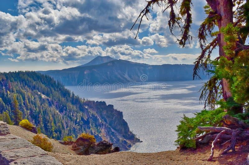 Het Nationale Park van het kratermeer in Oregon op een bewolkte dag royalty-vrije stock afbeeldingen