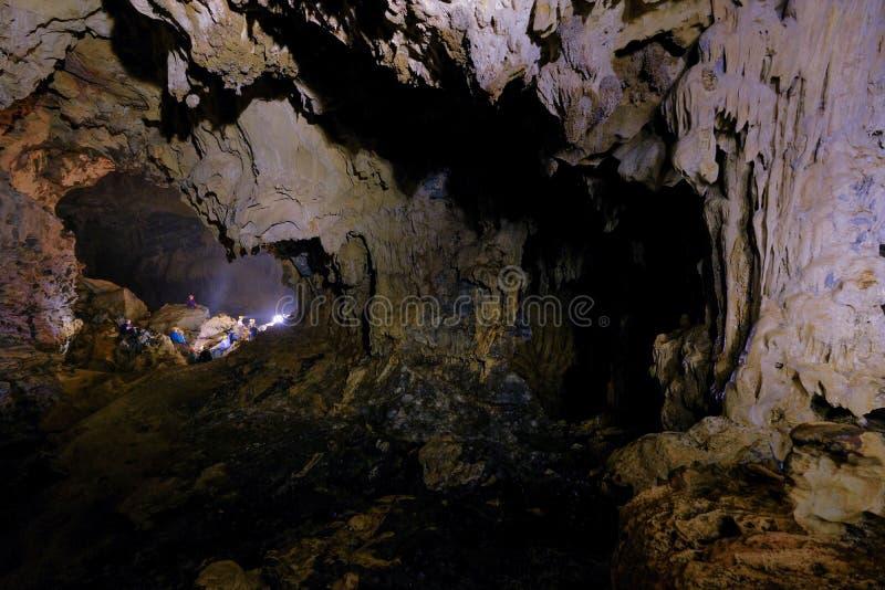 Het nationale park van Phongnha KE/Vietnam, 16/11/2017: Groep die cavers een onderbreking binnen het Hang Tien-hol in Phong Nha K royalty-vrije stock afbeelding